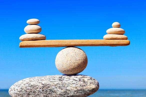 Concept d'harmonie et d'équilibre. Balance des pierres contre la mer.